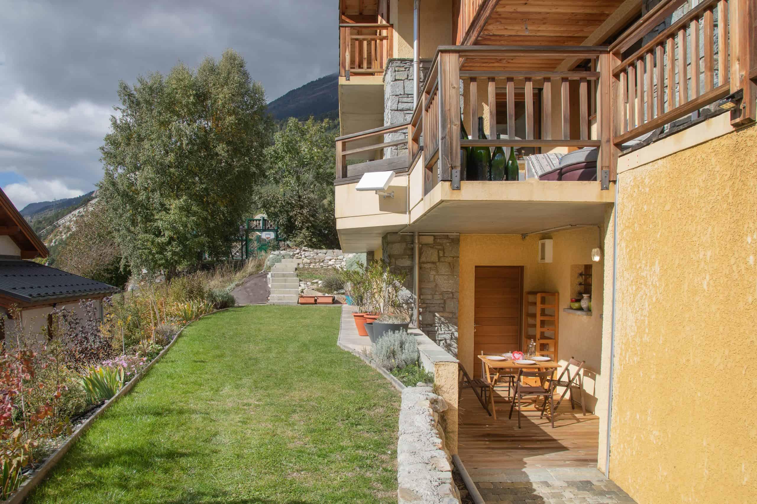 jardin et terrasse gîte avrieux savoie